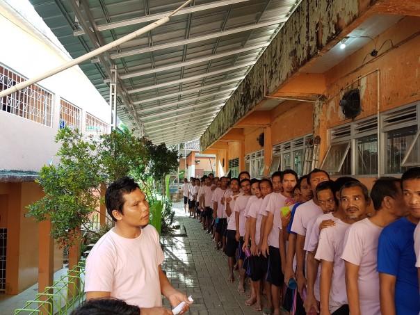 Les pensionnaires font la queue