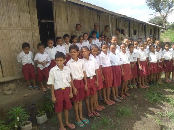 Enfants devant leur classe