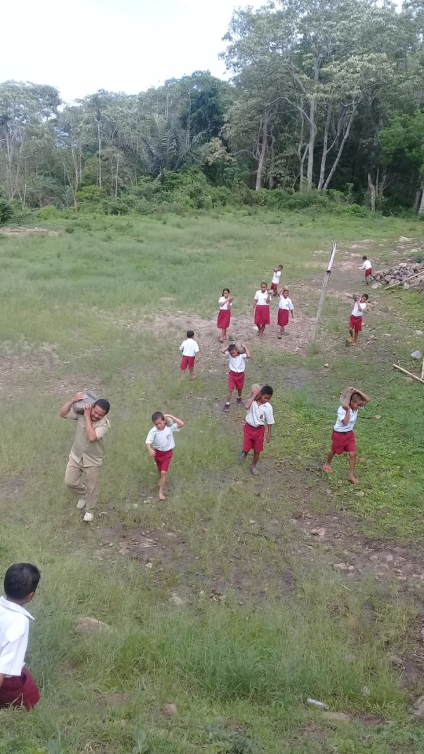 Les enfants récupèrent les pierres pour le sol