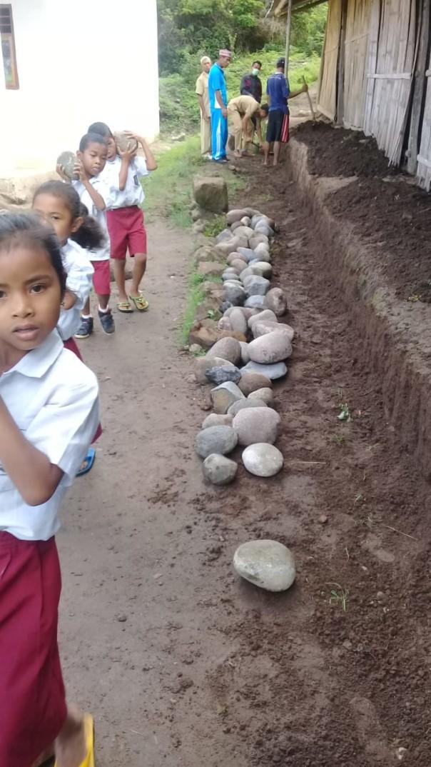 Les enfants amènent les pierres